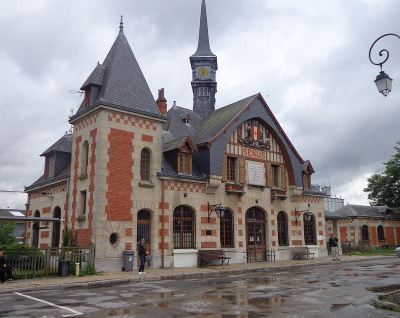 Senlis train station, after Julie extricated her shoe from the pedal